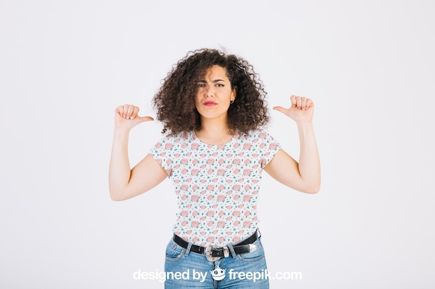 Femme pointant vers elle