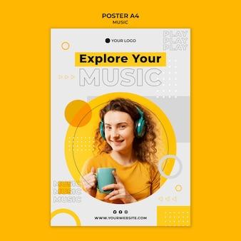 Femme portant des écouteurs et tenant une affiche de tasse