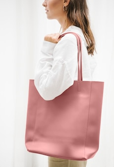 Femme portant une maquette de sac à main rose