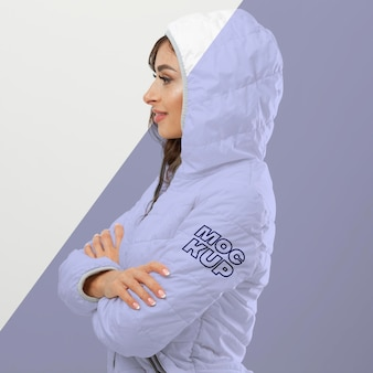 Femme portant une maquette de vêtements d'hiver