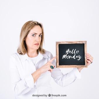Femme présentant une ardoise