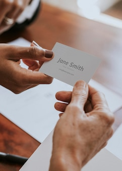 Femme remettant une maquette de carte de visite