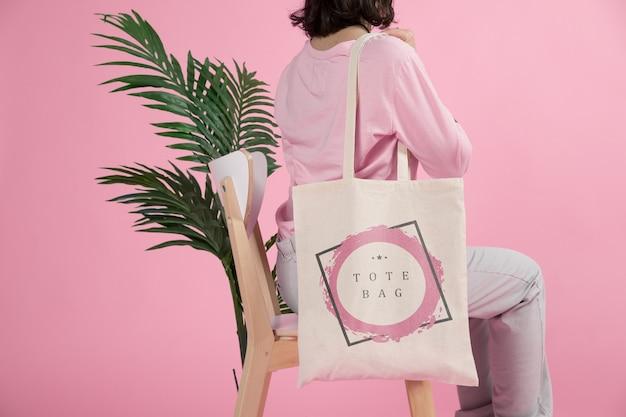 Femme avec sac fourre-tout