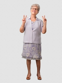 Femme senior pleine de corps amusante et heureuse, positive et naturelle