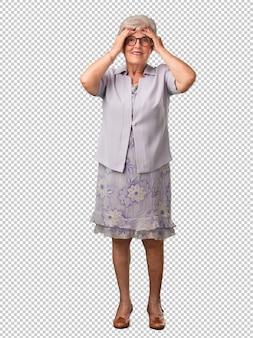 Femme senior pleine de corps frustrée et désespérée, en colère et triste, mains sur la tête