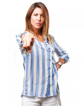 Femme sérieuse pointant vers vous