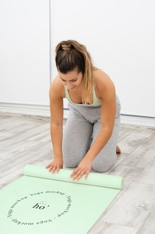 Femme sportive, faire du yoga à la maison