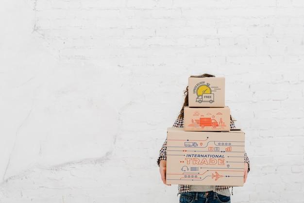 Femme tenant des boîtes avec fond
