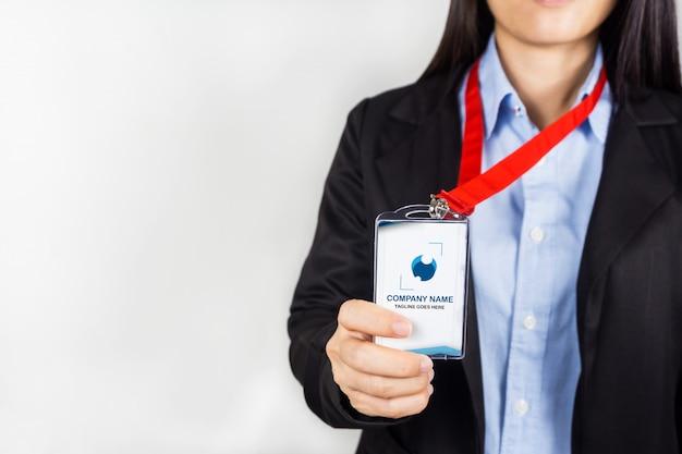 Femme tenant une maquette de carte d'identité