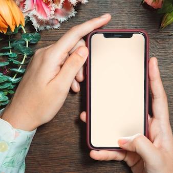 Femme tenant une maquette d'écran mobile