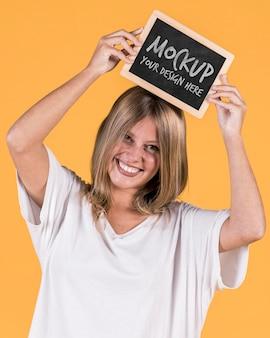 Femme tenant une maquette de signe