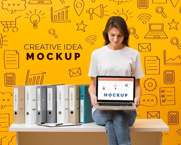 Femme, tenue, ordinateur portable