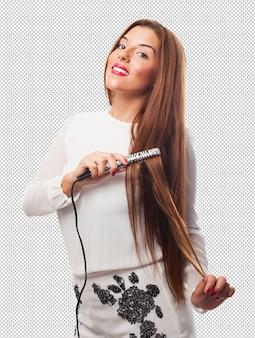Femme utilisant des fers à cheveux