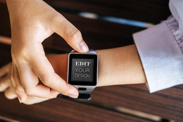 Femme utilisant une maquette psd de montre intelligente