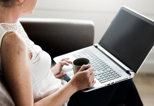 Femme, utilisation, ordinateur portable, sofa
