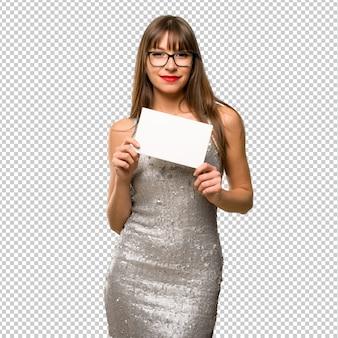 Femme vêtue d'une robe à paillettes