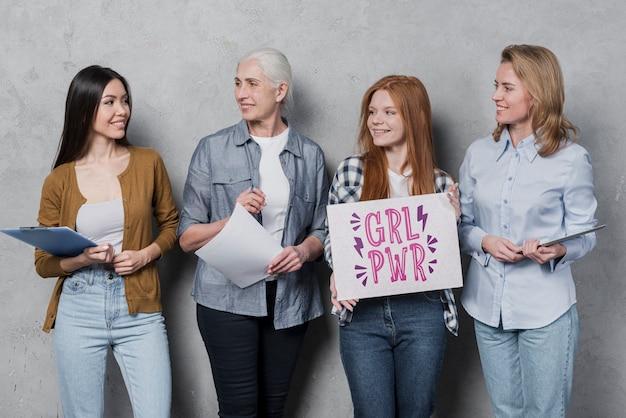 Les femmes de différents âges soutiennent