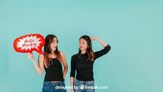 Femmes expressives avec maquette de ballon de discours