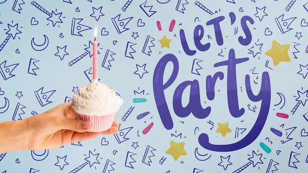 Fête d'anniversaire avec maquette de gâteaux