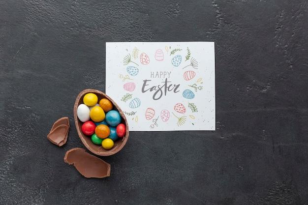 Feuille de papier avec oeuf en chocolat