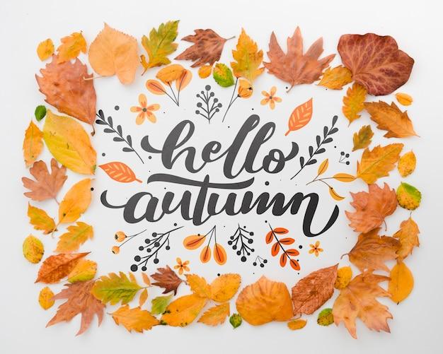 Feuilles brunes encadrant bonjour l'automne