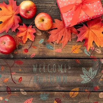 Feuilles séchées avec des cadeaux pour le jour de thanksgiving