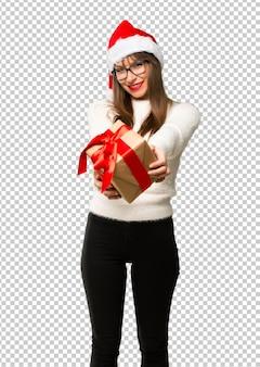Fille avec célébrer les vacances de noël tenant des coffrets cadeaux dans les mains