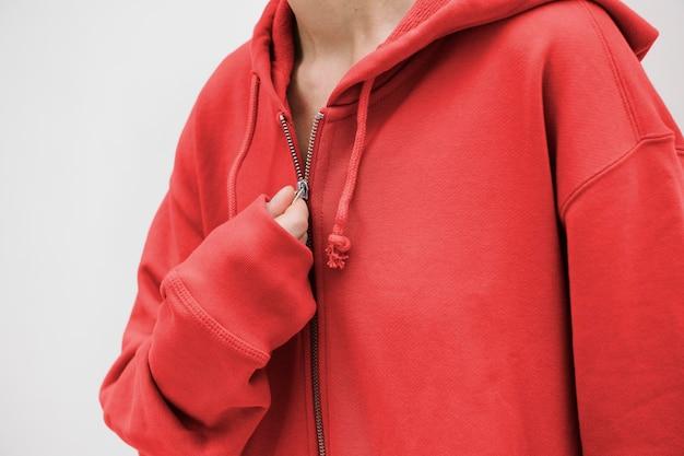 Fille cool portant un sweat à capuche rouge