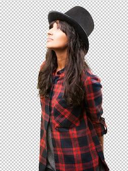 Fille latine portant un chapeau haut