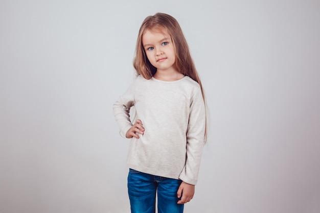 Fille posant dans un sweat-shirt avec maquette