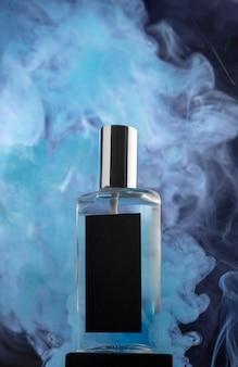 Flacon de parfum et fumée bleue