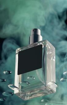 Flacon de parfum et fumée verte