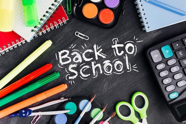 Flat lay back to school avec des fournitures colorées