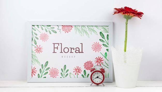 Fleur de gerbera à côté de la maquette du cadre