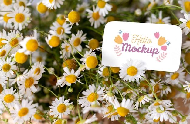 Fleurs d'anniversaire avec arrangement de maquette de carte