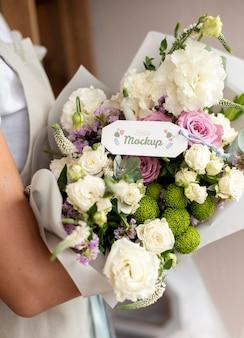 Fleurs d'anniversaire avec arrangement de maquette d'étiquette