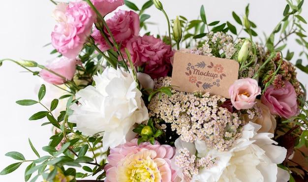Fleurs d'anniversaire avec assortiment de maquettes de cartes