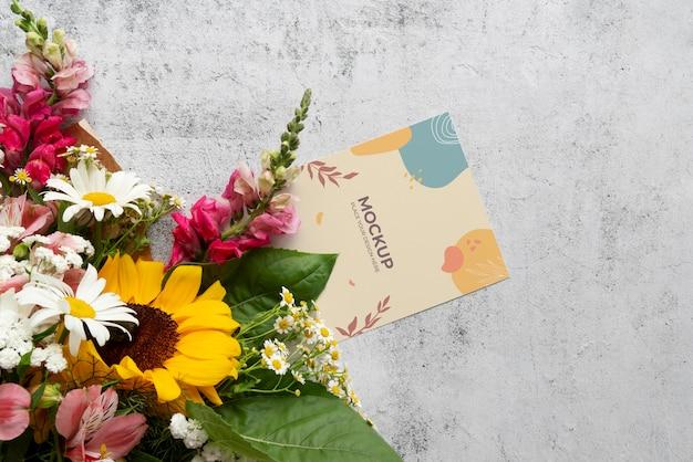 Fleurs de joyeux anniversaire avec maquette de carte