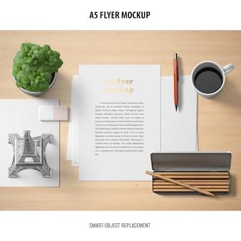 Flyer mockup dans un bureau