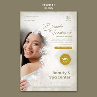 Flyer vertical pour la beauté et le spa avec des fleurs de femme et de camomille