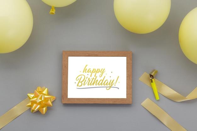 Fond de joyeux anniversaire, décoration de fête à plat avec modèle de maquette de cadre photo.