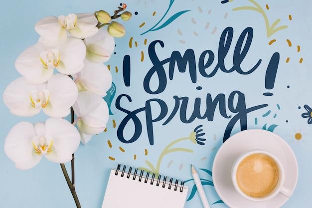 Fond plat laïque avec concept de printemps