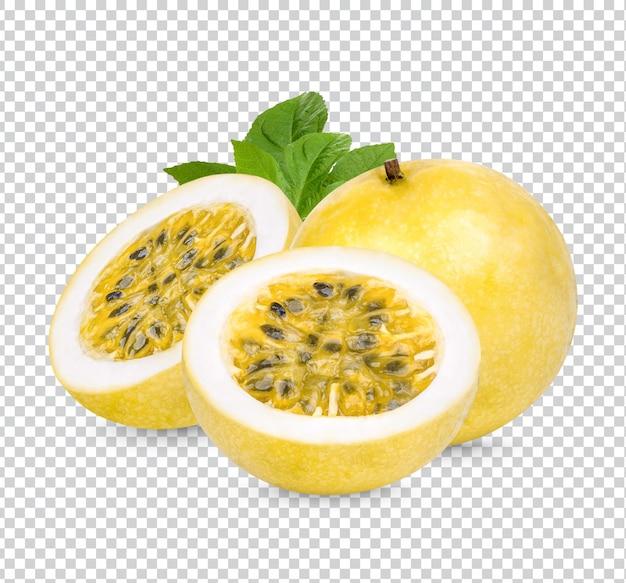 Fruit de la passion; passiflora edulis avec des feuilles isolées psd premium