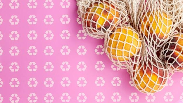 Fruits dans le sac de tortue avec maquette de fond