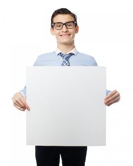Garçon avec une affiche