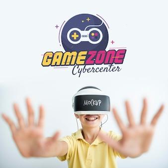 Garçon jouant des maquettes de jeux