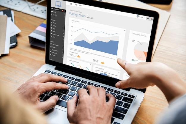 Gens d'affaires travaillant avec un ordinateur portable