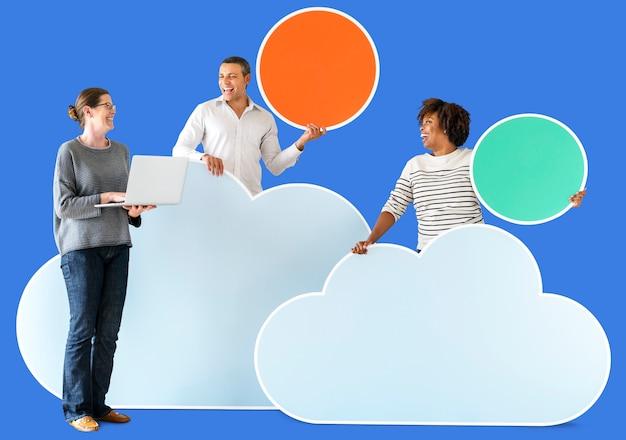 Gens heureux avec des icônes de nuage et de la technologie