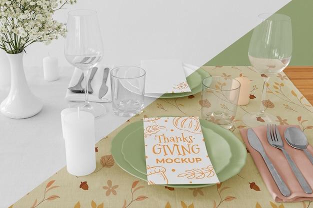 Grand angle d'arrangement de table de dîner de thanksgiving avec assiettes et couverts