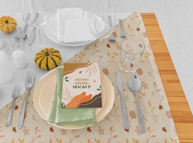 Grand angle d'arrangement de table de dîner de thanksgiving avec assiettes